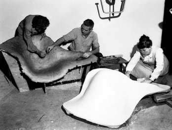 Frances Bishop, Robert Jacobsen & Ray Eames with a plaster mold for La Chaise, 1948_USA