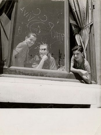 Gerda Taro_Three men in the window, 1936