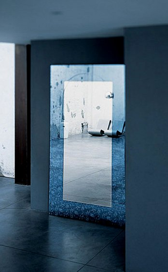 Outline mirror, design by Piero Lissoni